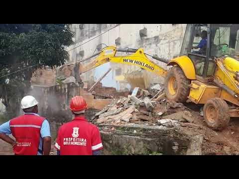 Prefeitura usa máquinas pesadas para demolir casas às margens da BR-356
