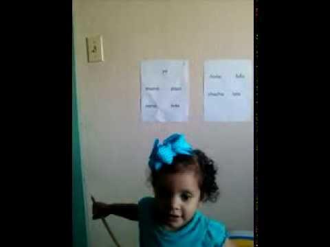 Niña de dos años leyendo con el método Aquileo