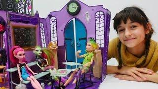 Monster High okul oyunu oynuyoruz! Çocuk videoları