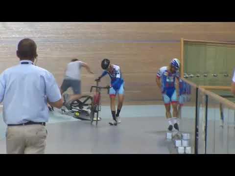 Судья, рискуя жизнью, спас велогонщиков от массового завала