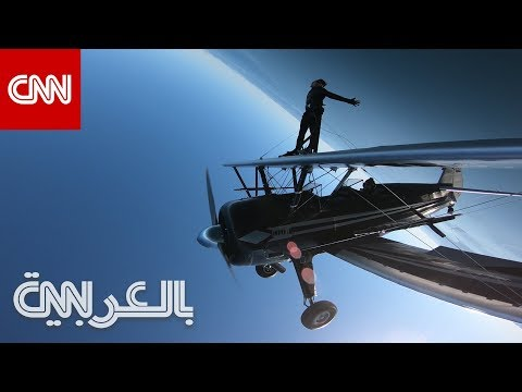 رجل يمشي على أجنحة طائرة وهي تدور بزاوية 360 درجة  - نشر قبل 26 دقيقة
