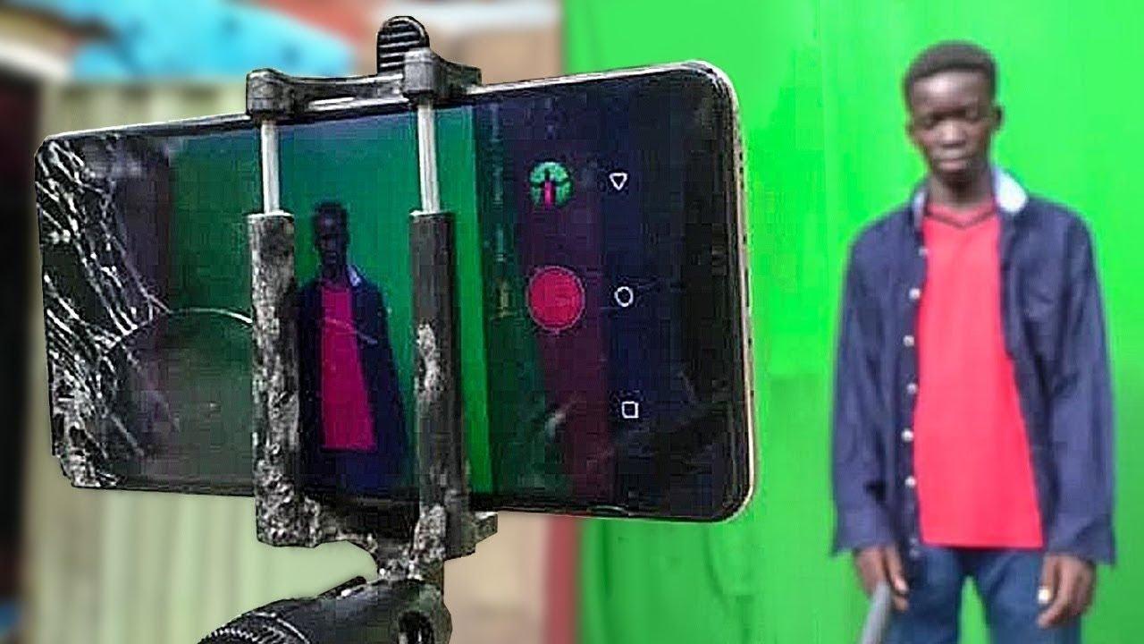 المراهقون النيجيريون يصنعون الخيال بواسطة هاتف محمول