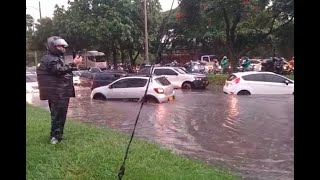 ¡Con el agua al cuello! Aguacero en Medellín deja inundaciones en varias vías