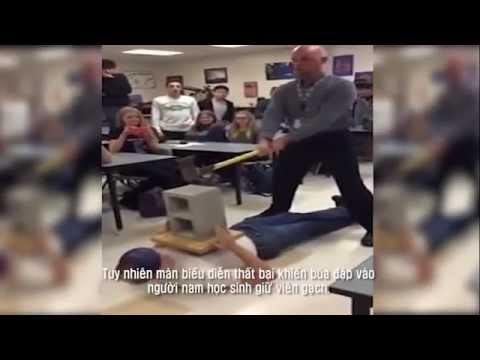 Dùng búa đập gạch trên người học sinh giáo viên mất việc