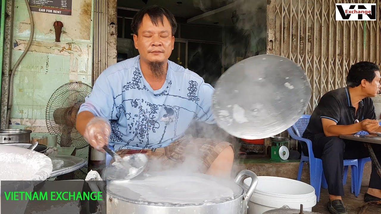 Người đàn ông 15 năm ngồi quay bánh cuốn, bánh ướt cực ngon ở Sài Gòn – Phụ nữ sao khéo tay bằng