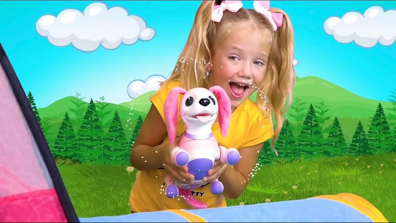 サーシャは健康な緑のお粥を食べることを赤ちゃんに教え、台所のおもちゃで遊ぶ
