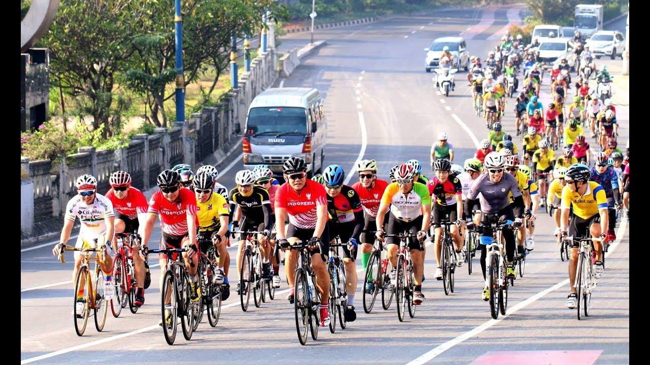 Watch How to Ride a Bicycle in Jakarta video