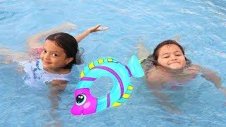 Masal Elif Öykü'ye Yüzme Öğretiyor - Elif Öykü learns to swim, Fun Kid Video