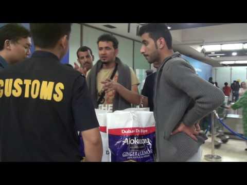 Petugas Musnahkan Minuman Beralkohol yang Dibawa Penumpang Asal Dubai - Customs Protection