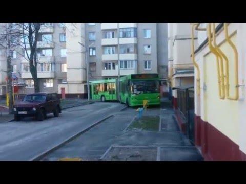 Автобус въехал во двор