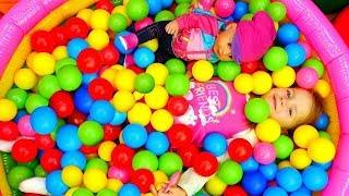 Беби Бон Эмили и прятки в бассейне с шариками! Игры одевалки в видео для детей.