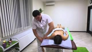 Степан Черняк, гуру массажа Центра ALMA Medical & SPA, демонстрирует авторский массаж
