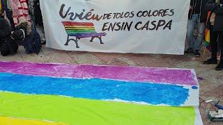 Manifestación para mantener los bancos aicoiris en la Escandalera de Oviedo