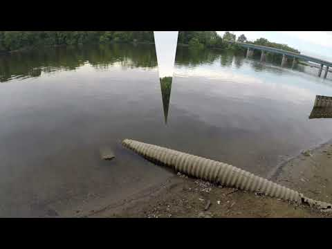 Pescando En Grand River En Grand Rapids Michigan (Fishing In Grand River In Grand Rapids Michigan)