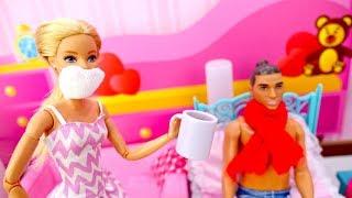 Видео для детей. Барби лечит Кена. Игры в куклы - Видео для девочек
