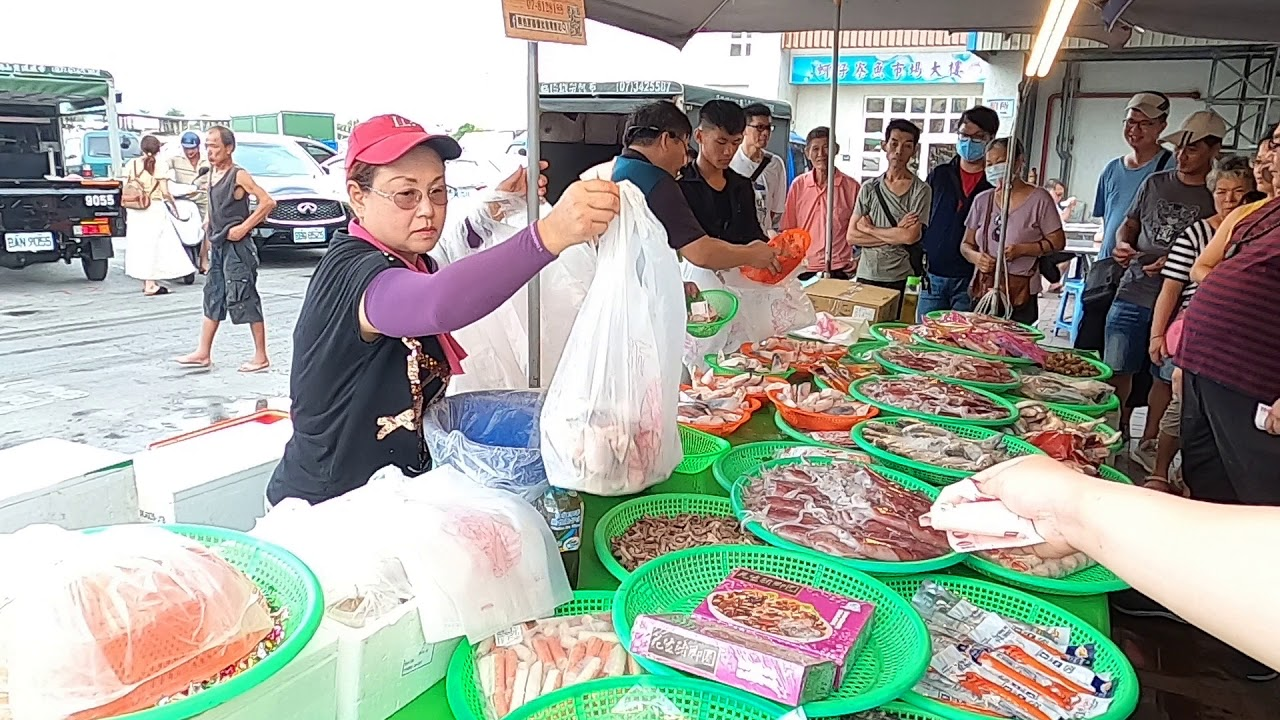 這是超厚切巨無霸鮭魚片喔-興爸海鮮叫賣海鮮拍賣高雄蚵仔寮45