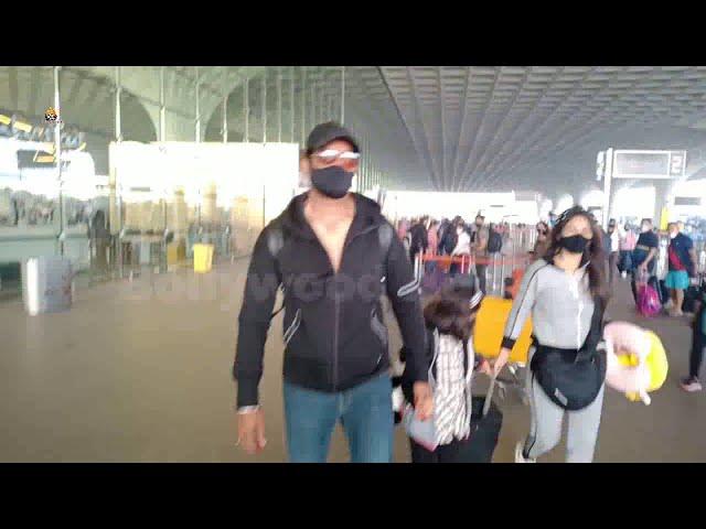 Sharad Kelkar & Family Spotted At Airport