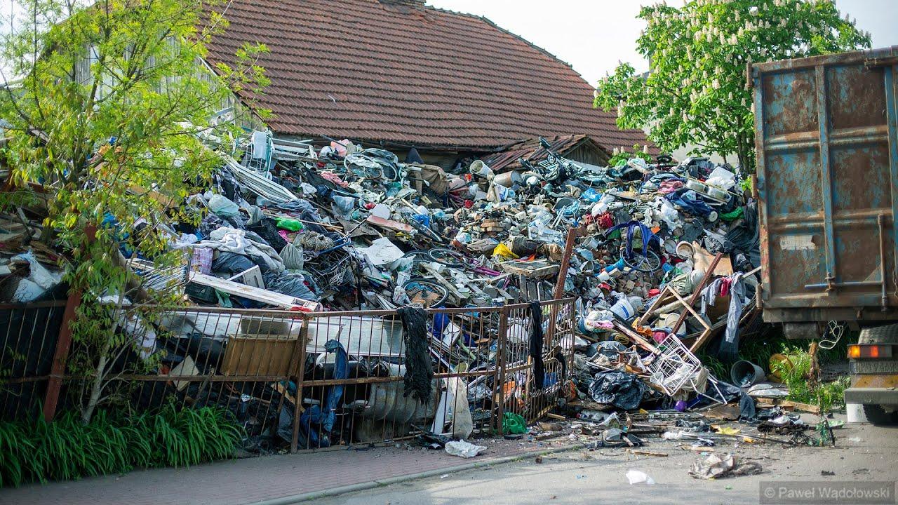 Download Kilkadziesiąt ton śmieci na posesji w Piątnicy - dzikie wysypisko w centrum miejscowości