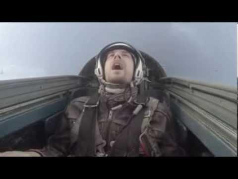 Пилот истребителя испытывает перегрузку в 8G
