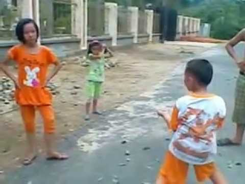 Tre trau danh nhau ( girl lop 5 vs boy lop 2)