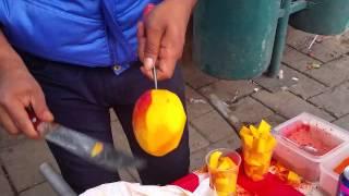 Pelando  y Cortando Mangos
