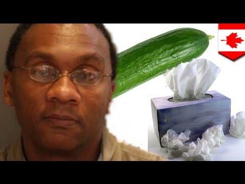 Masturbación publica con toque vegetariano, hombre sorprendido usando pepino como elemento de placer