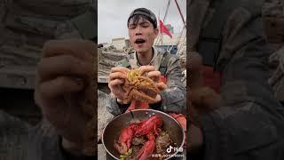 해산물을 먹는 어부
