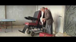 طالبتان في غزة تخترعان كرسيا للمعاقين يعمل بأوامر صوتية
