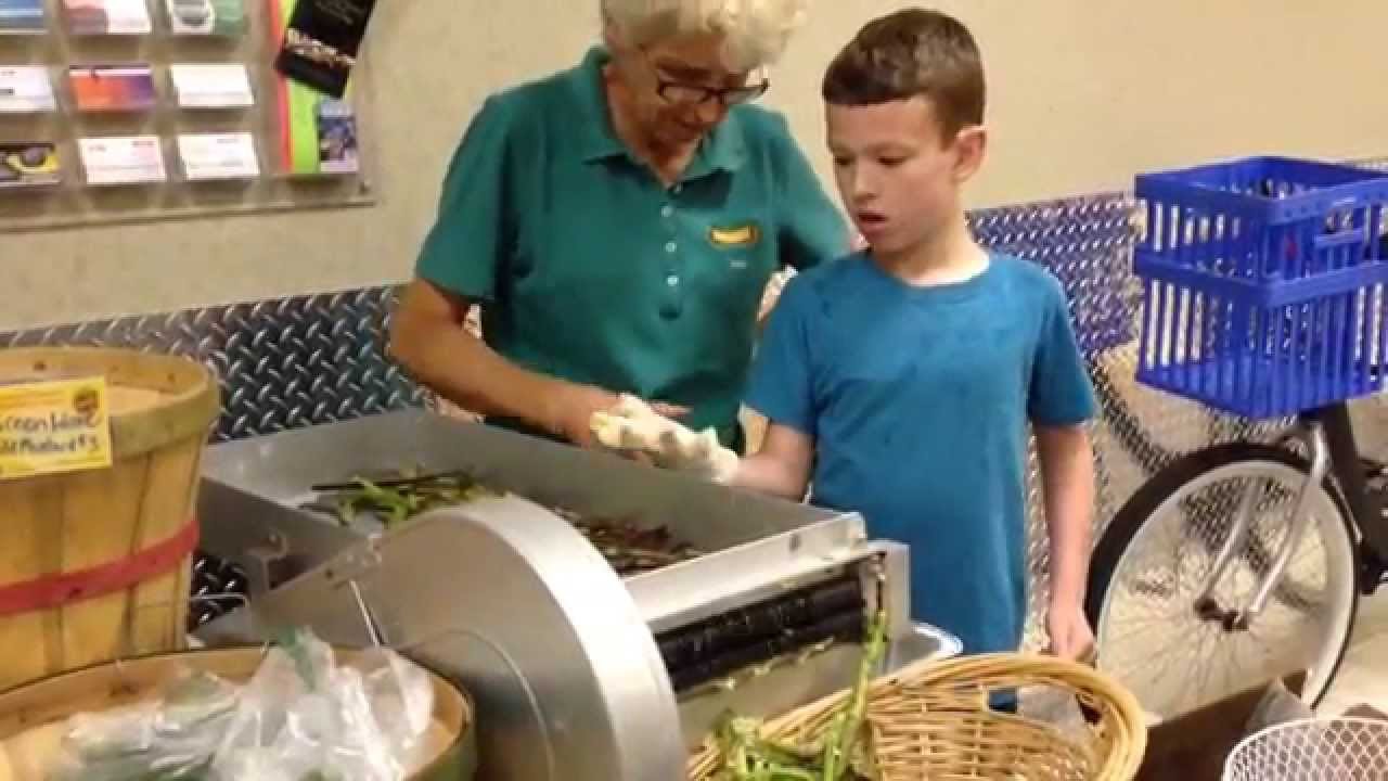Shelling Fresh Organic Black Eyes Peas At The Summer Green Market In Palm Beach Gardens Youtube
