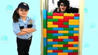 ELİF ÖYKÜ POLİS OLDU HIRSIZI YAKALADI - Kids pretend play police and wall joke fun kid video