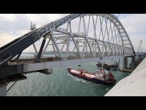 Kerç Köprüsü'nün 5 bin 500 ton ağırlığındaki arkı nakil için yolda