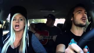Девушка классно поет в машине с парнями!