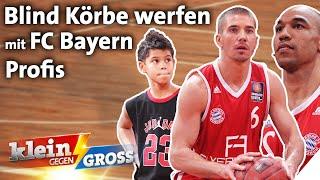 Wer trifft mehr Basketball-Körbe blind? FC-Bayern Profis vs. Timmy (10)   Klein gegen Groß