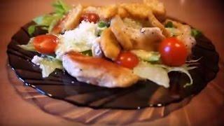 Салат Цезарь с курицей и листьями салата