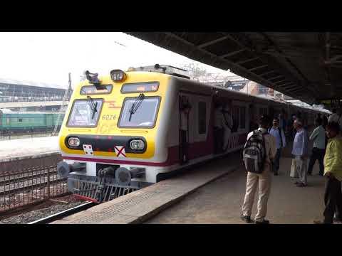 Mumbai commuter train in Andheri station ムンバイの通勤列車