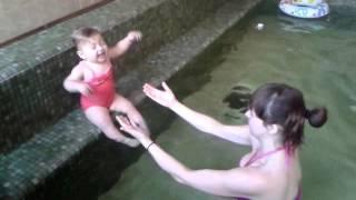Малышка Ксю, 11 месяцев. Плавание в бассейне мама+ребенок