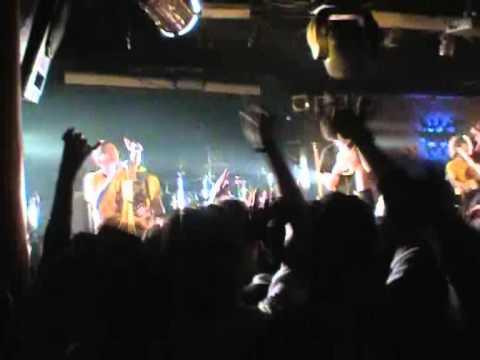 4.Caparezza - Chi cazzo me lo fa fare - Pozzuoli (NA) Havana Club 16-04-2004.wmv