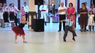 Дети танцуют джайв.(Дети танцуют джайв. Классный танец джайв в исполнении детей, которому позавидуют даже взрослые!, 2013-07-21T17:54:53.000Z)