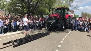 Знаменитый Иван Савкин сдвинул 18-тонный трактор