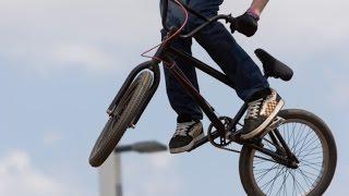 Видео на BMX ПРИКОЛЫ.Сборник видео трюков на велосипедах.(Трюки+Видео на велосипедах тут 0:13 0:47 0:59 прыжки спуски фото гонки на велосипедах 1:27 1:34 1:53 Видео на велосипед..., 2014-10-05T15:58:38.000Z)