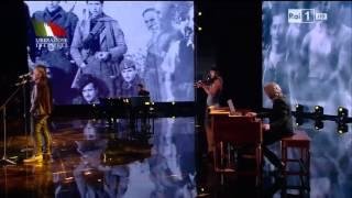 De gregori e ligabue duettano con la canzone viva l'italia ( di pubblicata nel 1979) per il 70° anniversario della liberazione d'italia dall'occup...