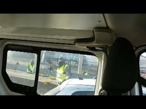 شاهد.. متظاهرون من السترات الصفراء يرشقون سيارة شرطة في ليون بالحجارة…  - نشر قبل 8 ساعة