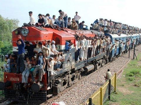 Resultado de imagem para trem na india lotado