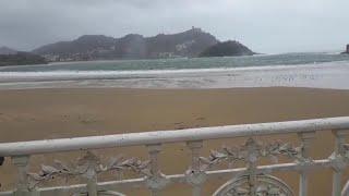 Fuertes rachas de viento en la playa de la Concha en San Sebastián