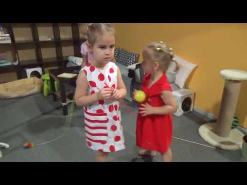 Игры для детей Алина зарабатывает деньги в Кидбург и спасает человека Funny amusement park for kids