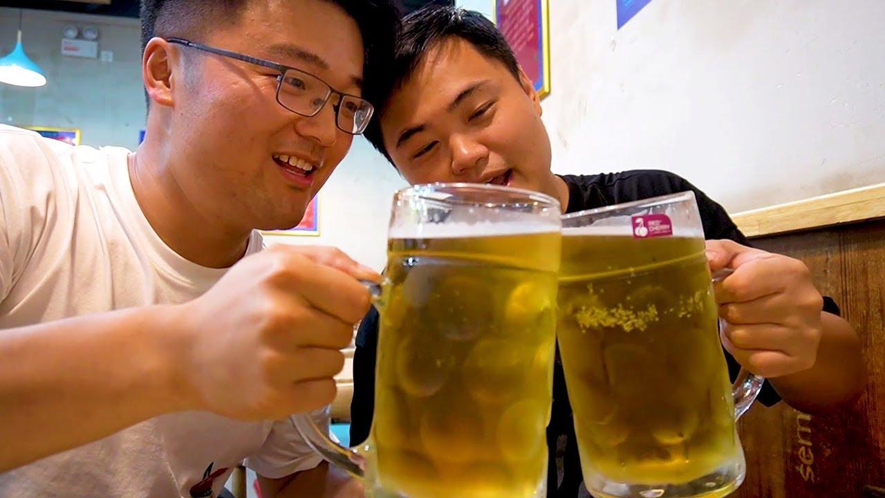 烧烤腰子地锅鸡,大sao和朋友吃啤酒大餐,啤酒一杯两斤,干赢了!【徐大sao】