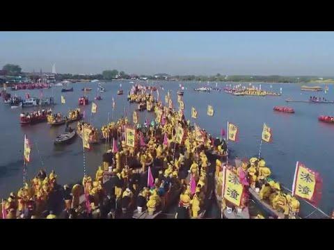 400 stunning boats set sail at Chinese boat festival