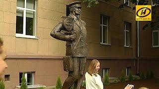 Первый памятник лесничему появился в Минске(Памятник установили ко Дню работников леса, который отмечают сегодня, 20 сентября. Парадная форма, штанген..., 2015-09-20T14:08:39.000Z)