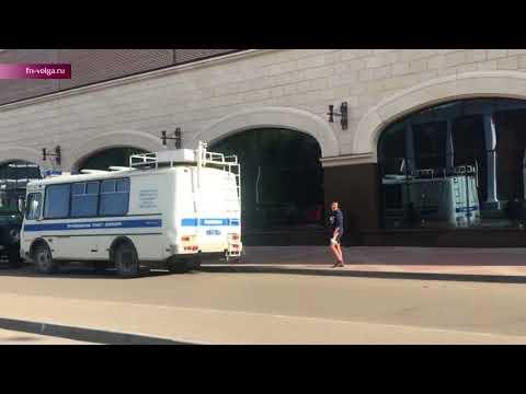 В Саратове школьник выкрикнул «АУЕ», стоя на полицейском автобусе