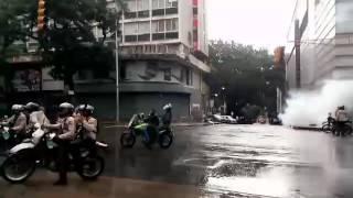 PNB dispersa a manifestantes pacíficos frente al C.C. El Recreo con bombas lacrimógenas